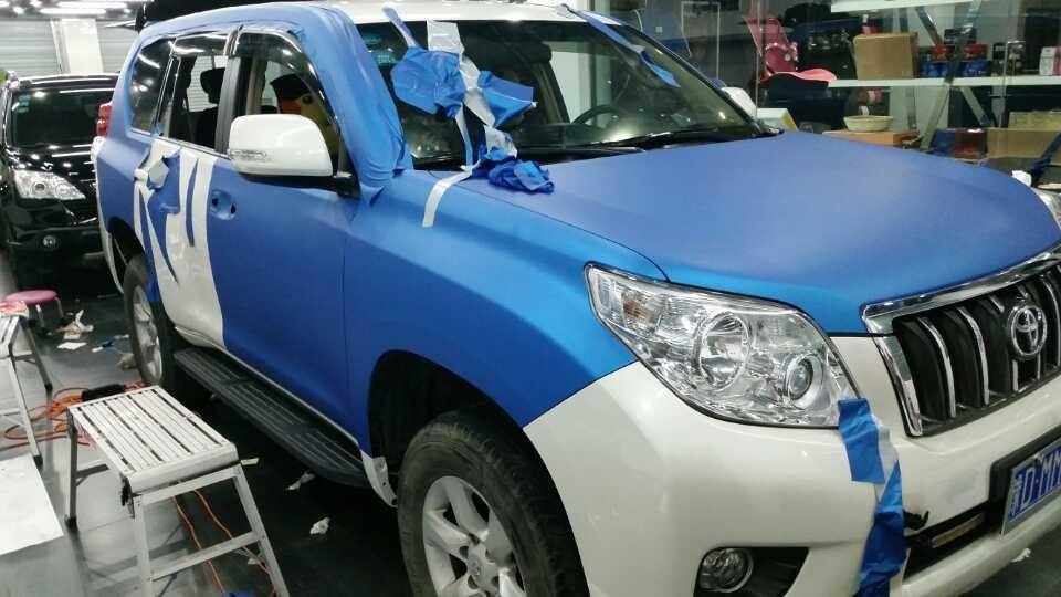 白色丰田普拉多车身太空吕蓝车顶高光黑贴膜效果高清图片